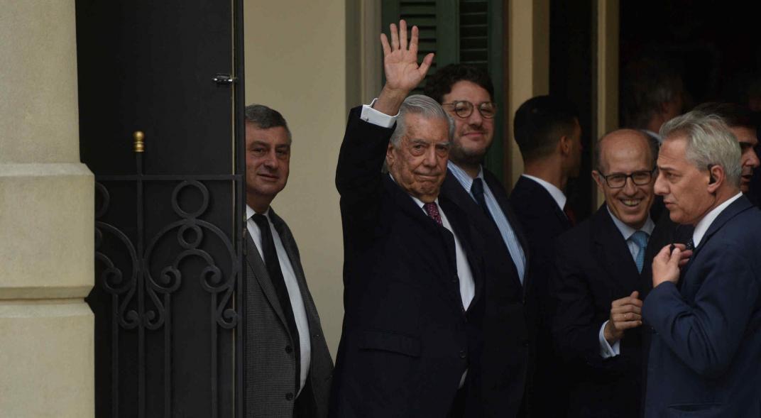 Saludo a Córdoba. Mario Vargas Llosa en el momento en el cual ingresa al Teatro del Libertador, donde ofreció un enérgico discurso en la solemne sesión inaugural. (Pedro Castillo)