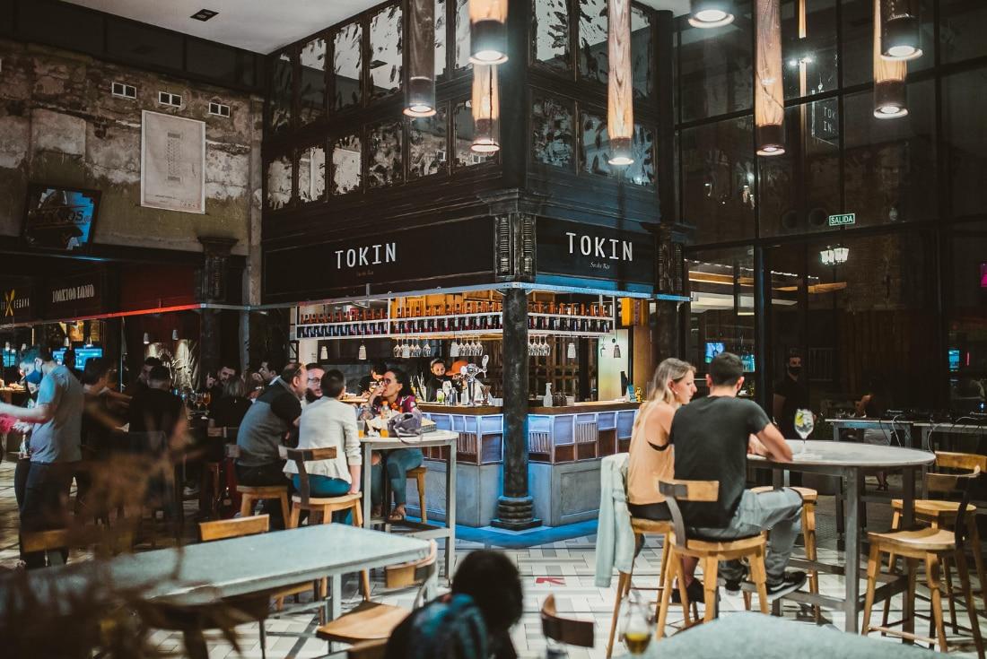 Tokin Sushi Bar: fusión entre la estética del sitio, con su diseño, ambiente y música, junto a un servicio acorde y sabores distintivos. (Foto: Tokin Sushi Bar)