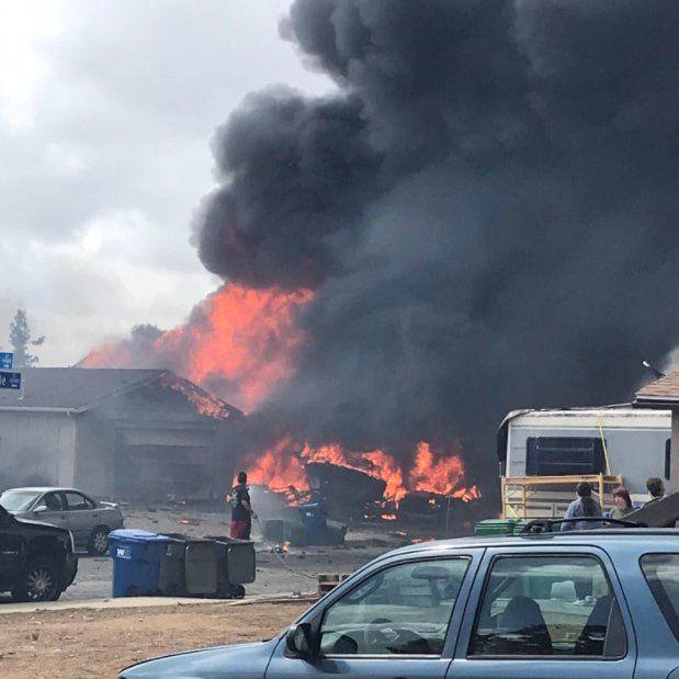El suceso ocasionó un incendio que consumió dos casas y varios vehículos, entre ellos, un camión de carga. (ABC7 News)